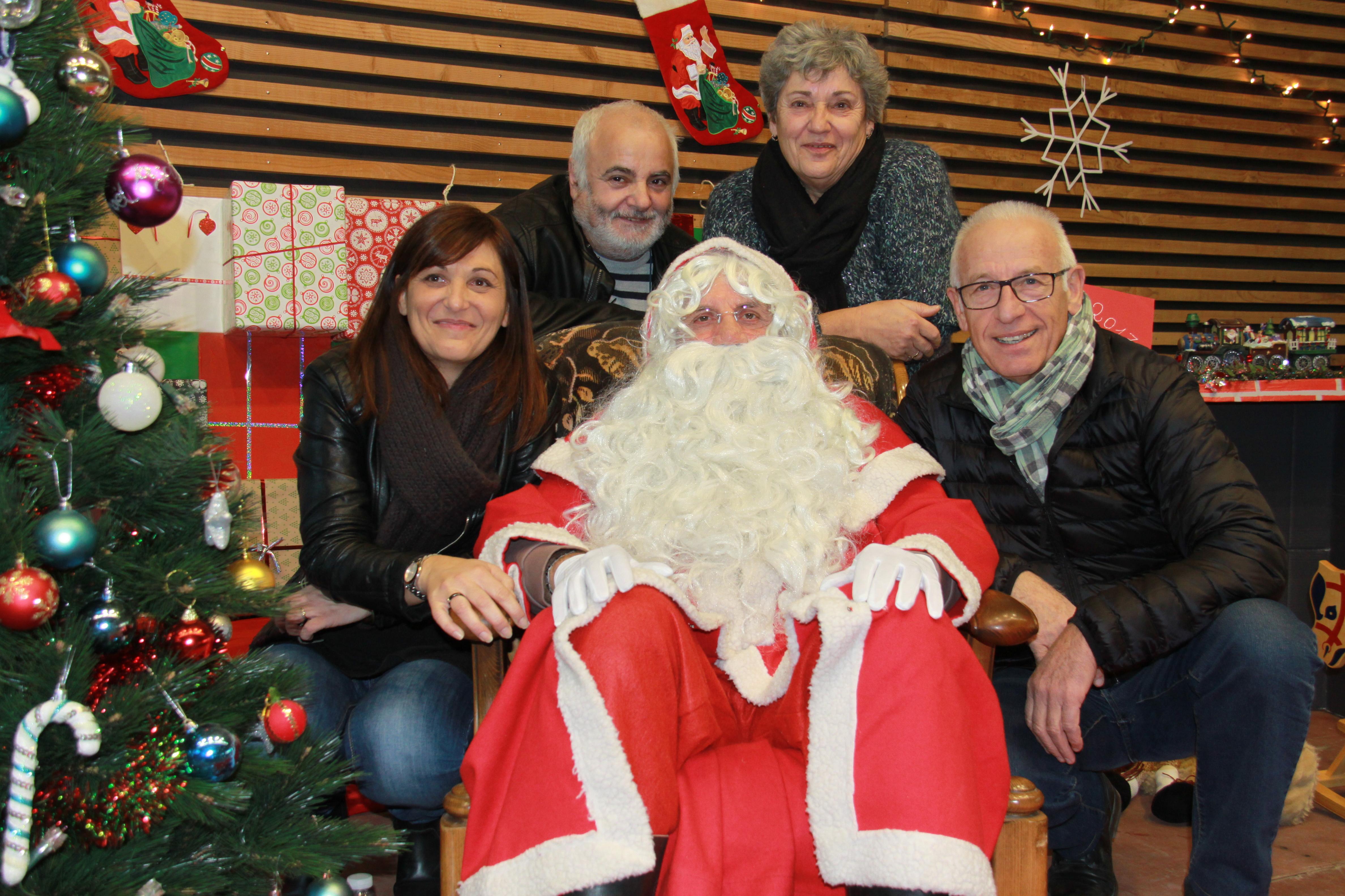 Le Père Noël en compagnie de Monsieur le maire et trois conseillers municipaux